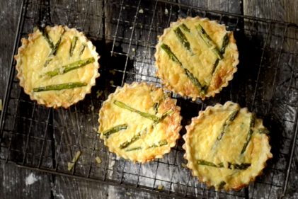 Mini quiches con espárragos verdes